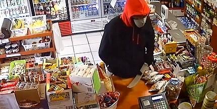 Bozótvágóval ment boltba egy férfi Siklóson - Videó!