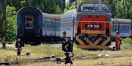 Sínek közé szorult egy pécsi férfi talicskája, aztán jött a vonat...