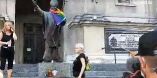 Homoszexuálisok gyalázták meg II. János Pál pápa szobrát
