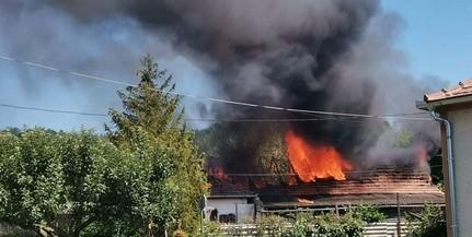 Lángolt egy ház tetőszerkezete Komlón, gázpalackok is voltak ez épületben