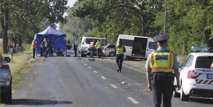 Buszmegállóba csapódott egy kisbusz, ketten meghaltak
