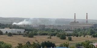 Az erőmű közeléből felszálló füst takarja be a Mecsekoldalt