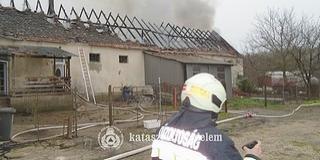 A tűz martalékává vált egy épület Baranyában