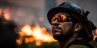 Lángoló fatárolóhoz riasztották a tűzoltókat Pécsett