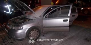 Kigyulladt egy személyautó Kozármisleny közelében