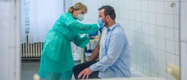 A hétvégén 74 ezer 60 év alatti krónikus beteget terveznek beoltani az oltópontokon