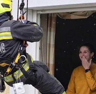 Nézze meg, hogyan kérte meg szíve választottja kezét egy mohácsi tűzoltó - Videó!
