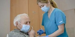 A regisztrált idősek több mint felét már beoltották, a következő hetekben is rájuk koncentrálnak