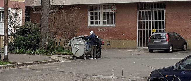 Fémdobozok után kutatnak a hajléktalanok a kukákban – Ennyi pénzt kapnak a visszaváltásért