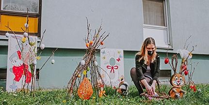 Ismét összefogott a lakóközösség, húsvéti díszek kerültek a kertvárosi panelház elé