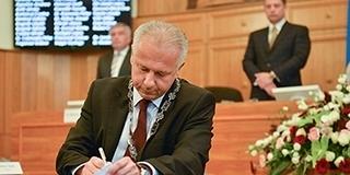 Novemberben kinevezte, most elküldte a Pécsi Ellátó Központ vezetőjét Péterffy Attila