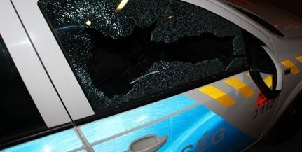 Egy rendőrautót és a rendőrség bejáratát is célba vette egy megrögzött dobálózó Pécsett