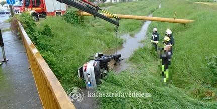 Vizesárokba zuhant egy autó Pécsett, beszorult a vezető