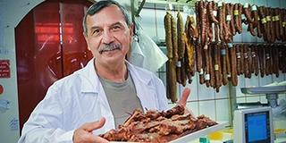 Nemcsak a kése éles: évtizedek óta árulja a húsokat Kiss István a pécsi vásárcsarnokban