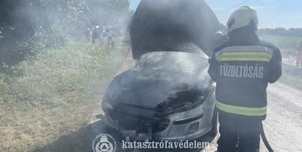 Lángolt egy autó Pécsen, a tűzoltók oltották el