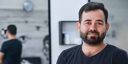 Egy kurd fodrász Pécsett: nemcsak a hajat, a magyar poénokat is vágja Abo Hewa