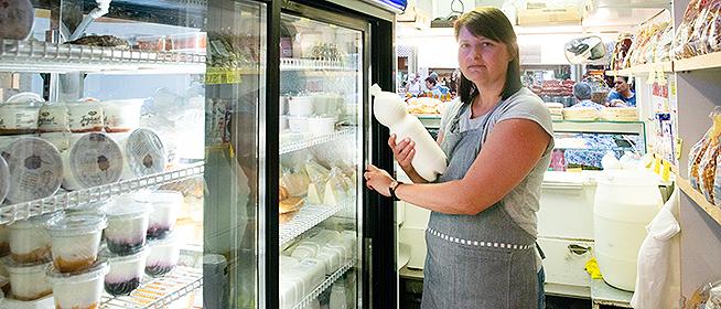 A tej, a sajt és a tejföl mellé jó szó is jár a pécsi vásárcsarnokban Horváth Andreától