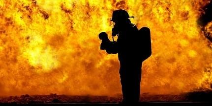 Lángoló családi házat oltanak a tűzoltók Pécsett