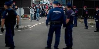 Kövekkel dobálták a magyar határőröket a migránsok