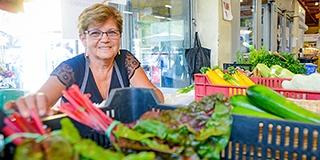 Több mint húsz éve kínálja Beck Tiborné saját terményeit a pécsi vásárcsanokban