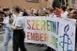 LMBTQ-felvonulás: kordonok között, saját maguknak parádéznak Pécs belvárosában