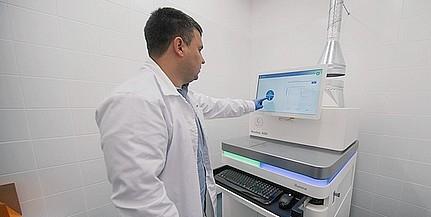 Csúcstechnológiás gép szolgálja a gének vizsgálatával foglalkozó kutatókat Pécsen
