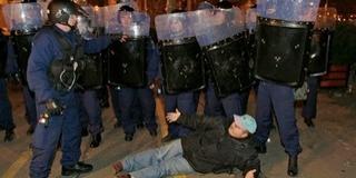 Vérbe fojtott szabadság: Pécsre érkezik a 2006-os rendőrterrort bemutató kiállítás