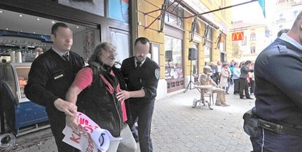 Egy tüntető liszttel öntötte le Weöres Sándor Király utcában felavatott szobrát - KÉPGALÉRIA