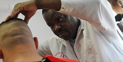 Hajvágás mellett az árfolyamokról is szó eshet az Afrikából érkezett fodrász pécsi boltjában