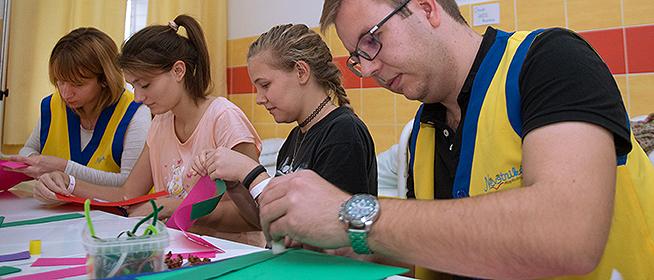 Az önkénteseket is feltölti a gyerekek mosolya: játékkal és mesével teszik könnyebbé a gyógyulást