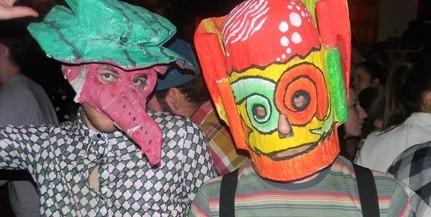 Egyesek szerint gáz, amit csinálnak, mások csípik a maszkos utcazenészek fura stílusát