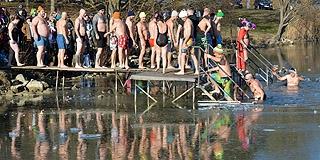 Csaknem ötvenen mártóztak meg az év első napján a jeges Pécsi-tóban