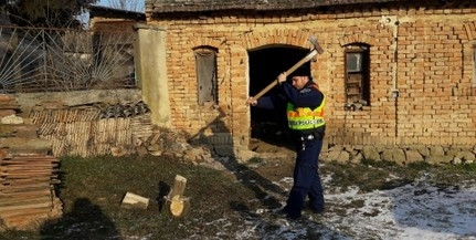 Rendőrök hasogatták a tűzifát az idős asszonyoknak
