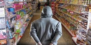 Ez igen: lopni ment a boltba egy tolvaj, aztán bealudt, a tulaj ébresztette fel
