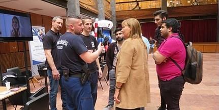 Rendőröktől kaptak segítséget az egyetemisták