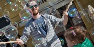 A hobbija a munkája, és versenytársa sem igen van Molnár Ákos buborékbűvölőnek