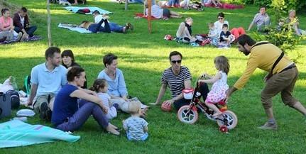 Óriásbuborékokkal startolt a Zsolnay Piknik - A jó idő és a szórakozás is garantált