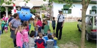 Rendőrök adtak tájékoztatást óvodásoknak, iskolásoknak