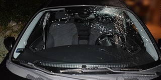 Bosszú Alsómocsoládon: téglával törte be a szélvédőt