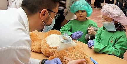 Plüssmacik gyógyítása közben barátkoznak a pécsi orvostanhallgatók a gyerekekkel