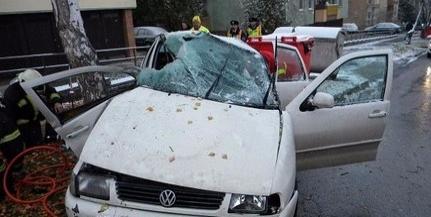 Fának ütközött az autó, egy személy a kocsiba szorult