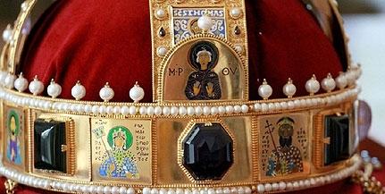 Január végéig csodálhatjuk meg Pécsett a Szent Korona, a jogar és az országalma másolatát