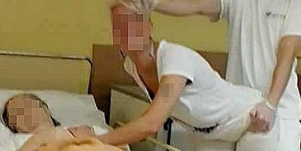Undorító: idős asszony betegágya mellett mímeltek szexet, felfüggesztették a dolgozókat